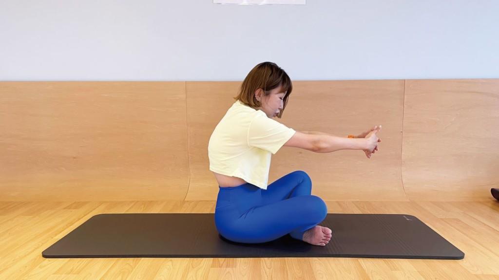 肩甲骨を引き寄せる筋肉、菱形筋のストレッチ法